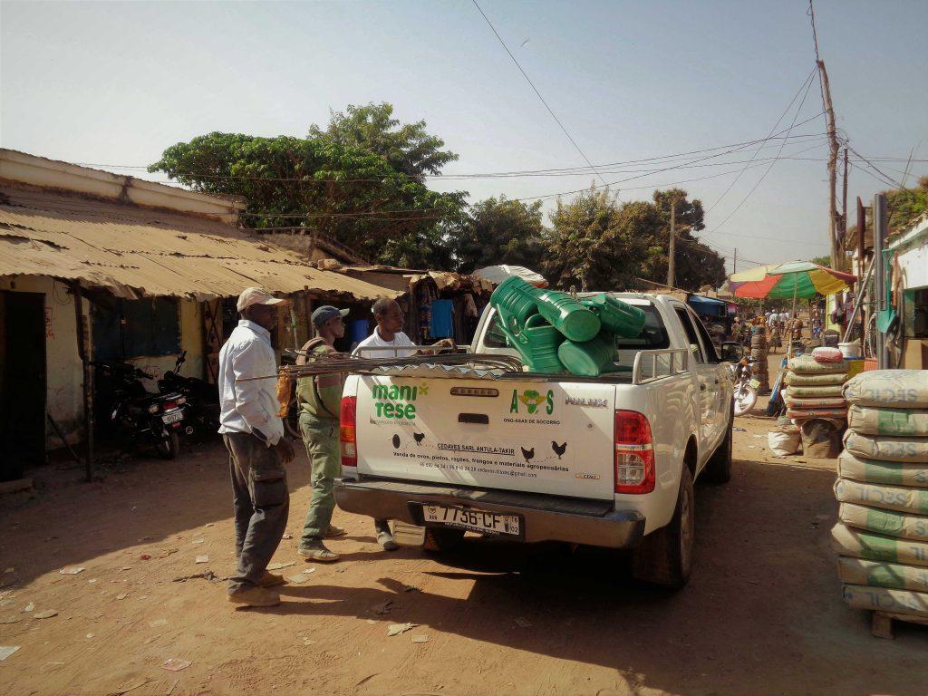 consegna-materiali-innaffiatoi-Guinea-Bissau-Mani-Tese-2017
