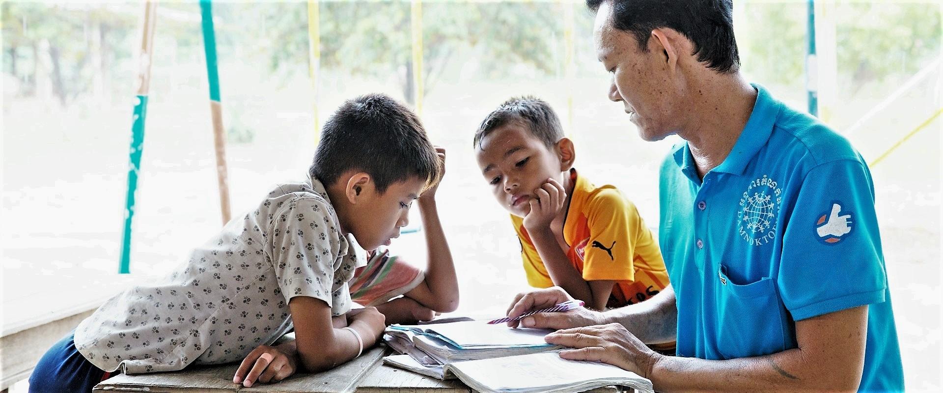 Insegnante_Bambini_Cambogia_Alessandro_Brasile_Mani_Tese_2017