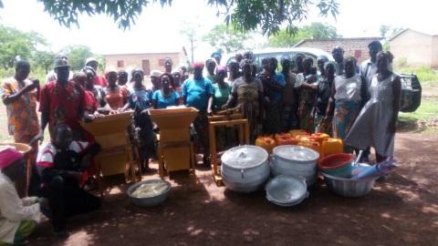 consegna attrezzature manioca e soia_benin_mani tese_2017