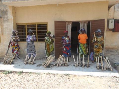 donne ricevono atrezzi per Fonio_benin_mani tese_2017