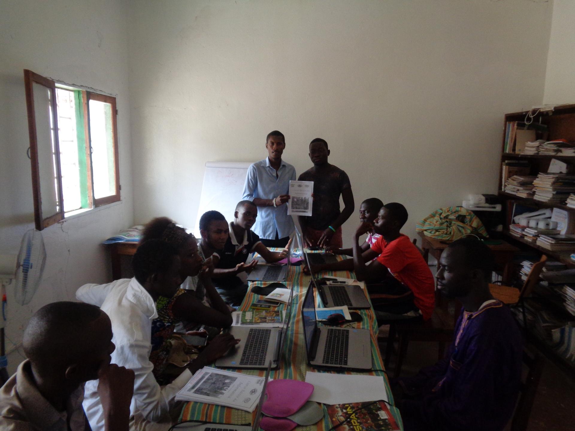 Mama Samba nella consegna dei manuali di informatica nella centro della gioventù Guinea Bissau Mani Tese 2017