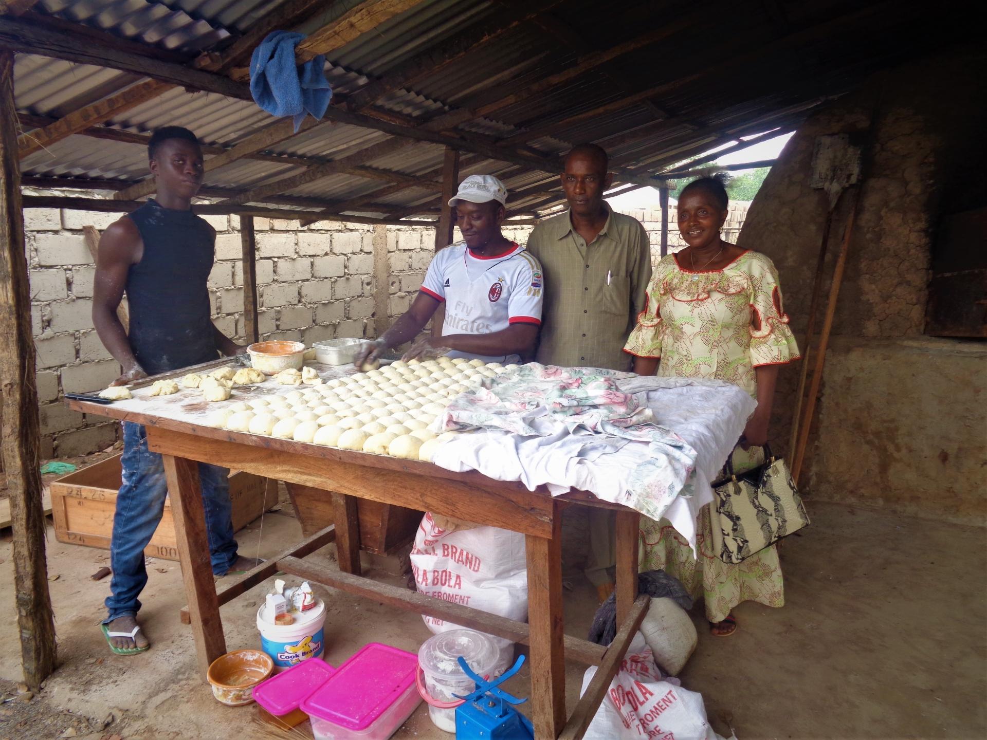 produzione di pane dolce nel forno comunitario con l'amministratore di settore di gabù in visita Mani Tese 2017