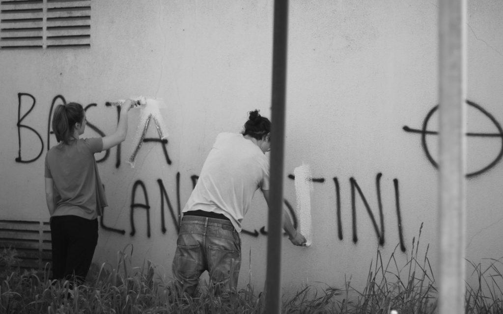 basta clandestini razzismo scritte Italia Mani Tese 2018