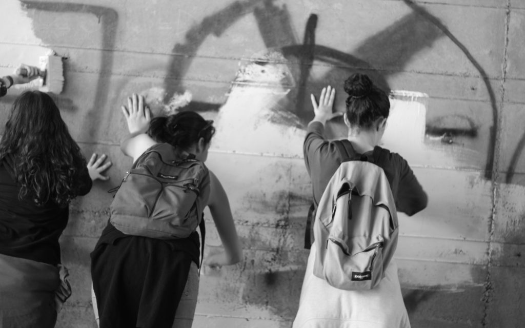 scritte razziste muri vernice Italia Mani Tese 2018
