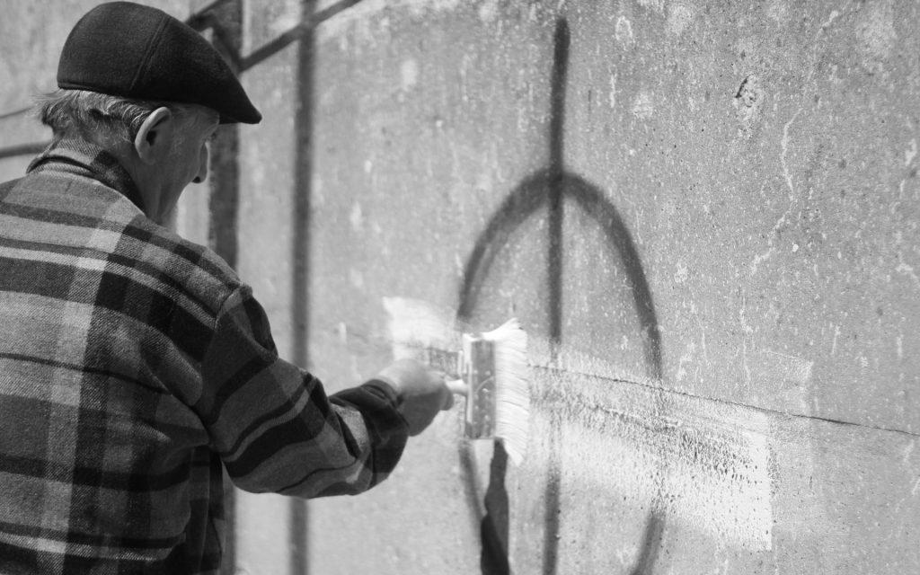 scritte razziste muri vernice anziano Italia Mani Tese 2018