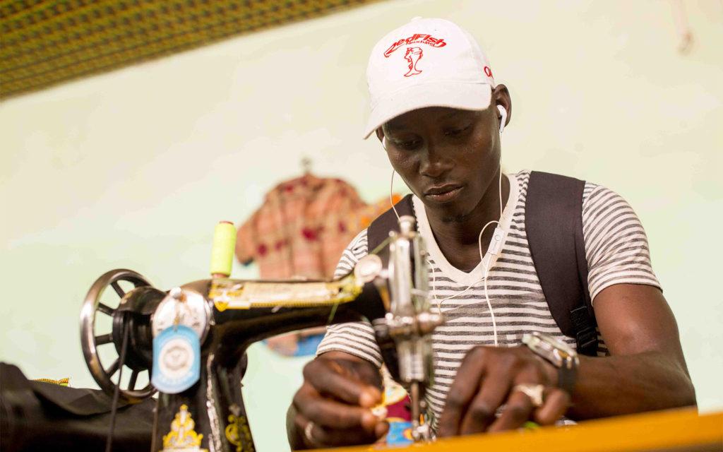 giovane sarto antula macchina da cucire Guinea Bissau Mani Tese 2018