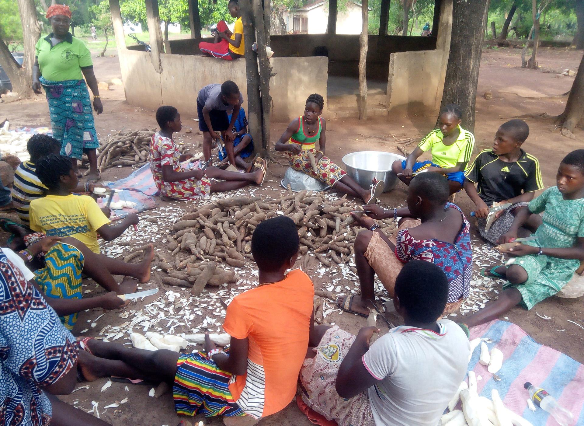 trasformazione manioca formazione bambine Benin Mani Tese 2018