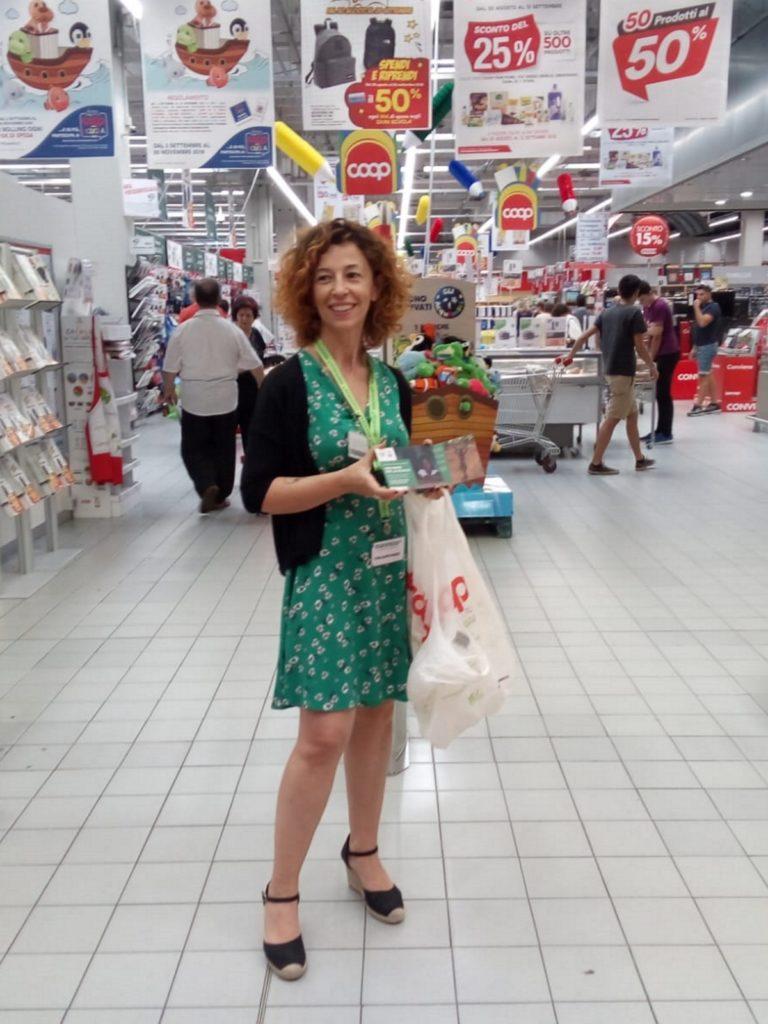 volontaria supermercato materiale scolastico Mani Tese 2018