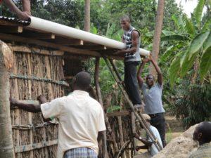 lavoro sqaudra sistema raccolta acqua piovana Mozambico Mani Tese 2018