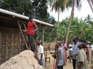 montaggio sistema raccolta acqua piovana Mozambico Mani Tese 2018