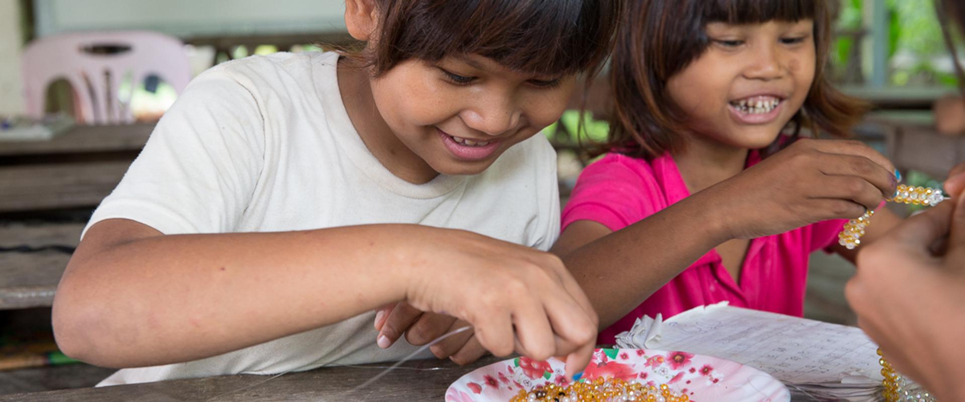 bambine al sicuro perline Cambogia Mani Tese 2019