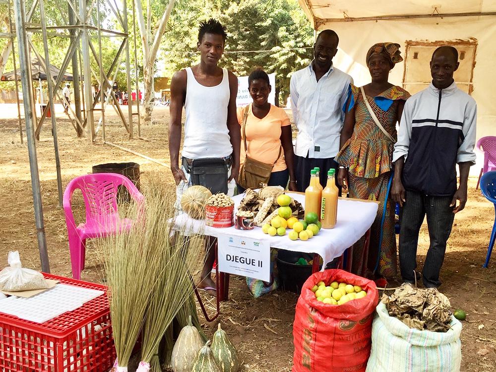 venditori prodotti agricoli banchetto Mani Tese Guinea-Bissau 2019