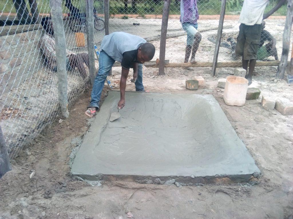 costruzione abbeveratoio capre mozambico mani tese 2019