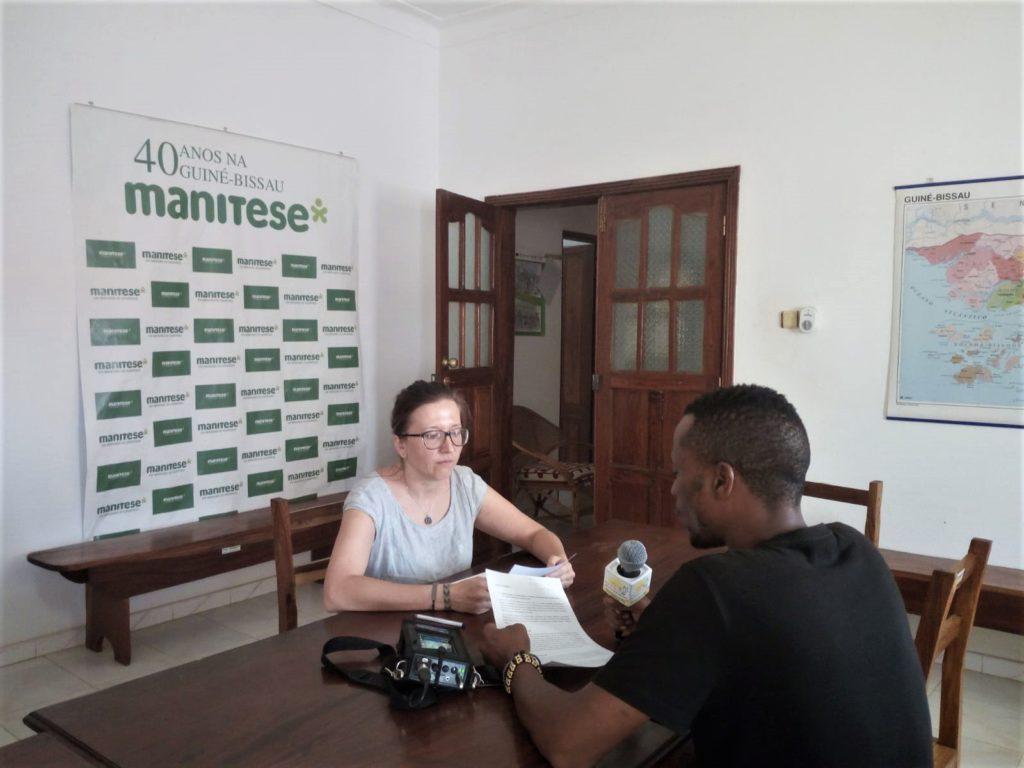 In-Guinea-Bissau-prevenzione-Coronavirus-con-la-radio_mani-tese-2020
